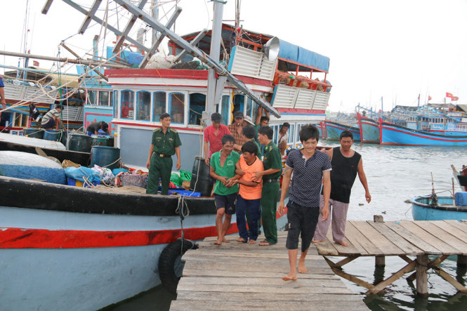 Các ngư dân Quảng Ngãi được cứu trong vụ chìm tàu vui mừng khi về bờ an toàn - Ảnh: CÔNG THỬ