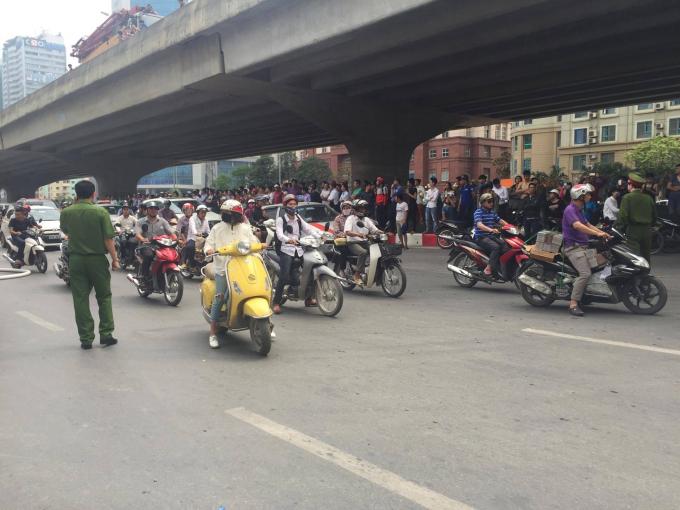 Người đi đường hiếu kỳ khiến giao thông ùn ứ. Cơ quan chức năng đã có mặt để điều tiết giao thông.