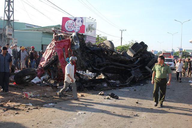 Vụ tai nạn đã làm 10 người chết, hơn 20 người bị thương.Ảnh Lê Danh Tạo.