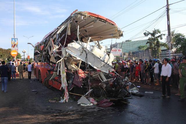 Khoảng 5h ngày 7/5, trên đường HCM qua thị trấn Chư Sê (Gia Lai), một xe tải đi ngược chiều tông trực diện xe khách làm ít nhất 10 người chết. Ảnh Lê Danh Tạo.