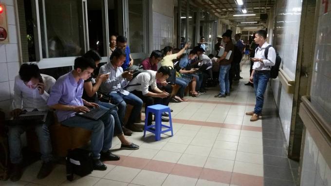 Đông đảo nhà báo, phóng viên của nhiều cơ quan báo chí có mặt tại hành lang bệnh viện để cập nhật diễn biến vụ việc.