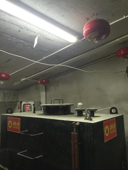 Phòng chứa bồn dầu dưới tầng hầm chưa trang bị hệ thống chữa cháy tự động. Ảnh Cảnh sát PCCC Hà Nội cung cấp.