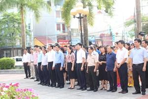 Bộ trưởng và Đoàn công tác dâng hương tại khuôn viên lưu niệm tượng đài Chủ tịch Hồ Chí Minh tại TP Lạng Sơn.