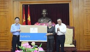 Bộ trưởng Lê Thành Long thay mặt Đoàn công tác tặng quà Đoàn ĐBQH tỉnh Lạng Sơn