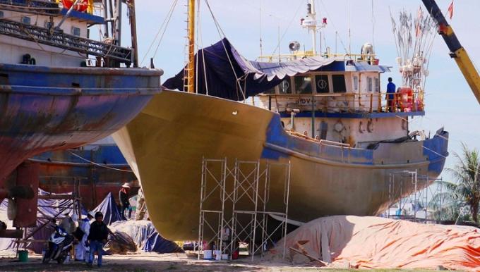 Công ty TNHH MTV Nam Triệu đangkhắc phục tàu cá cho ngư dân. Ảnh: D.T