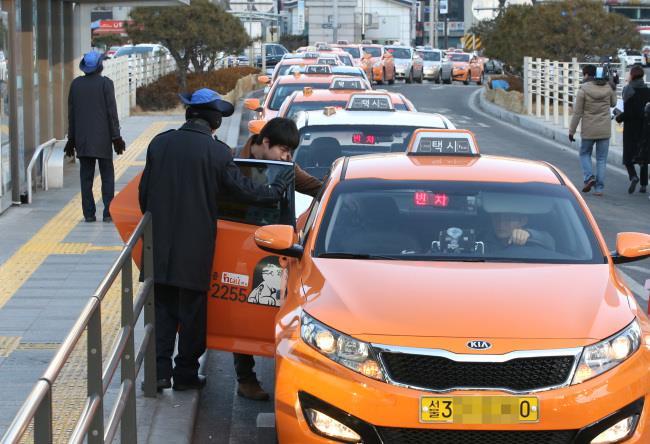 Phương tiện taxi ở Hàn Quốc được phủ sơn màu Cam tượng trưng là xe taxi quốc tế.