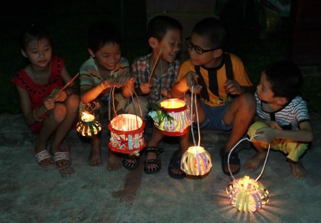 Các em nhỏ Làng Hữu Nghị vui Tết Trung thu. Ảnh: Nguyễn Thủy- TTXVN