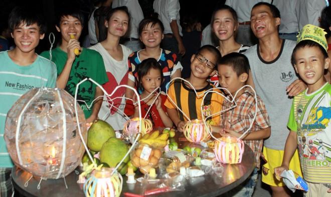 Quây quần bên mâm cỗ Trung thu. Ảnh: Nguyễn Thủy- TTXVN