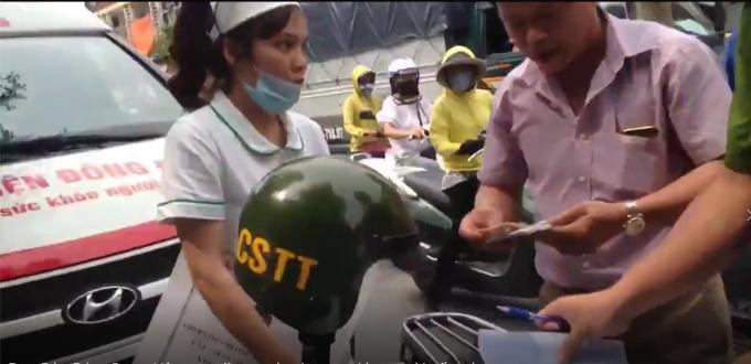 Lái xe, y tá, trong thời điểm trao đổi với các chiến sĩ Cảnh sát trật tự. Ảnh cắt từ Clip.