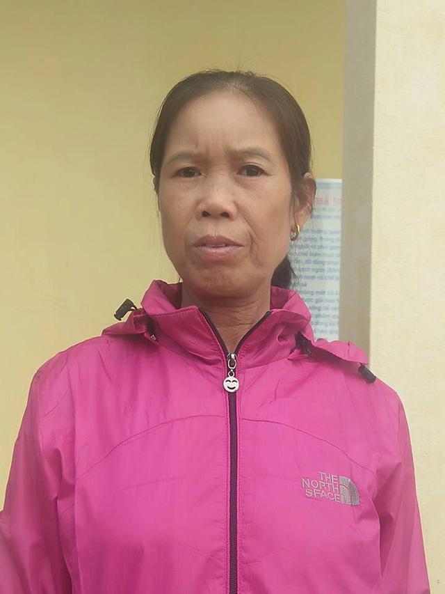 Cô Trương Thị Lan ngã khuỵu lời vì nhận quyết định nghỉ hưu kèm mức lương 1,3 triệu đồng/tháng.