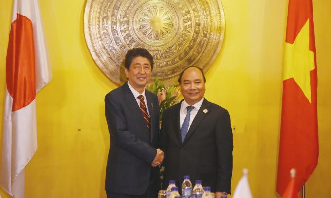 Thủ tướng Chính phủ Nguyễn Xuân Phúc và Thủ tướng Nhật Bản Shinzo Abe. - Ảnh: VGP/Quang Hiếu