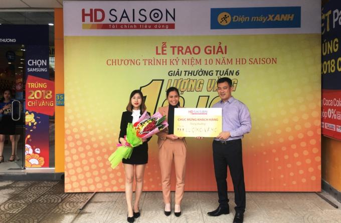Chị Phạm Thị Tuyết (giữa) – khách hàng thứ 6 nhận được một lượng vàng SJC từ HD SAISON