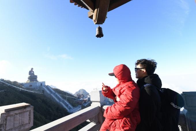 Bùi Tiến Dũng dừng chân ngắm cảnh tại chòi vọng cảnh cuối đường La Hán trước khi thăm quan tượng Quan Thế Âm Bồ Tát (6)