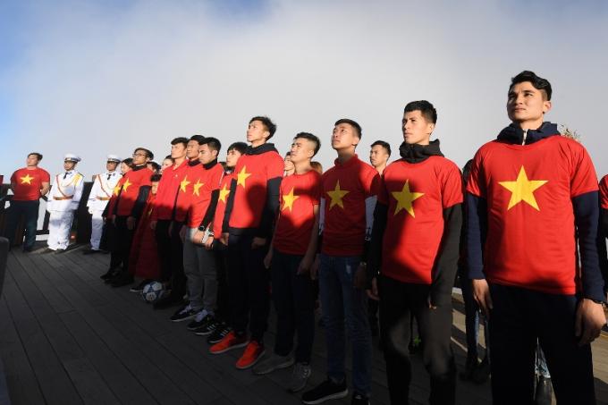 Các cầu thủ U23 Việt Nam và tuyển bóng đá nữ Việt Nam thực hiện nghi thức thượng cờ trên đỉnh Fansipan (11)
