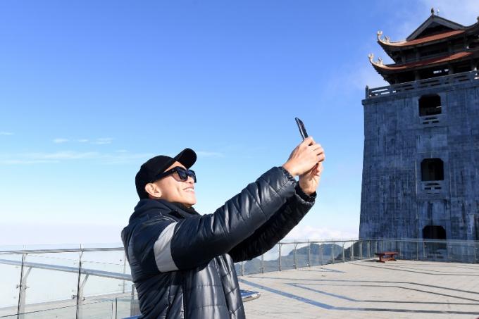 Các tuyển thủ chụp ảnh lưu niệm tại quảng trường ga đến cáp treo Fansipan. Phía sau là tháp chuông ở vị trí cao nhất Việt Nam - Vọng Lĩnh Cao Đài (10)
