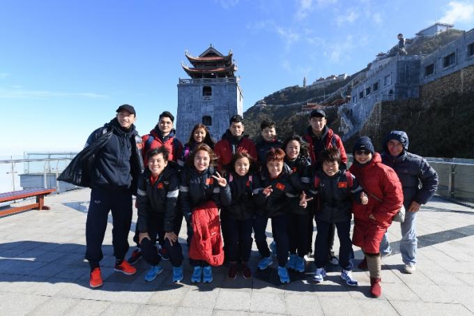 Các tuyển thủ chụp ảnh lưu niệm tại quảng trường ga đến cáp treo Fansipan. Phía sau là tháp chuông ở vị trí cao nhất Việt Nam - Vọng Lĩnh Cao Đài (6)