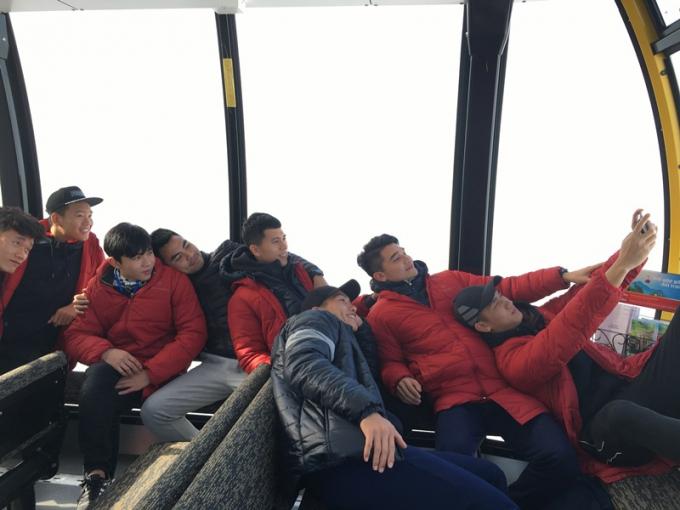Các tuyển thủ trải nghiệm cáp treo Fansipan Sa Pa.