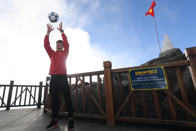 Màn bắt bóng của thủ môn Bùi Tiến Dũng trên đỉnh Fansipan.
