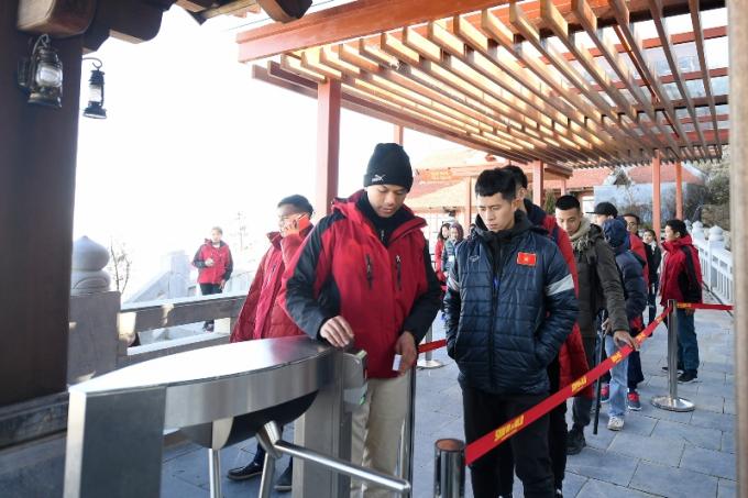 Nhóm cầu thủ hồi hộp, vui vẻ trước giờ trải nghiệm tàu hỏa leo núi (3)
