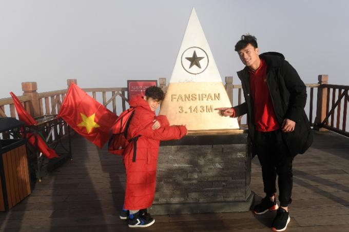 Tuyển U23 chào cờ trên đỉnh Fansipan.