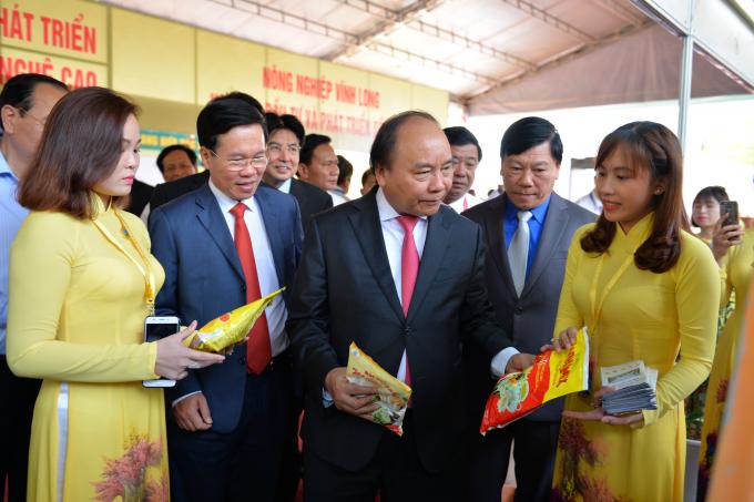 Thủ tướng Nguyễn Xuân Phúc gặp các doanh nghiệp tại Hội nghị.