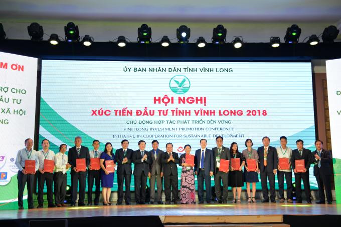Tại Hội nghị, UBND tỉnh Vĩnh Long đã trao quyết định chủ trương đầu tư, giấy chứng nhận đầu tư, ký kết biên bản ghi nhớ đầu tư cho 32 dự án với tổng mức đầu tư khoảng 24 ngàn tỷ đồng và các chương trình an sinh xã hội với tổng giá trị 340 tỷ đồng.
