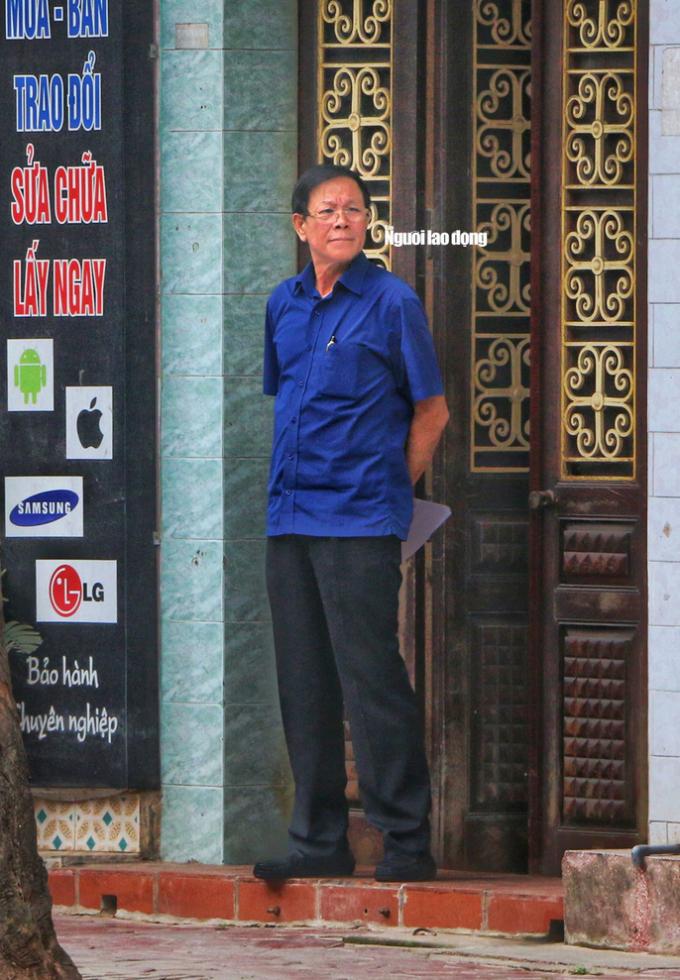 Ông Phan Văn Vĩnh, nguyên tổng cục trưởng Tổng cục Cảnh sát, Bộ Công an, trước cửa nhà riêng tại TP Nam Định, tỉnh Nam Định, sáng 17-3