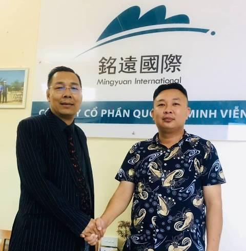 Ông Nguyễn Ngọc Sơn, Tổng Giám đốc Tập đoàn Á Đông (bên phải) tại buổi ký kết hợp tác với ông Lu Wang Sheng, Tổng Giám đốc công ty Quốc tế Minh Viễn đểđầu tư làm du lịch nghỉ dưỡng tại bãi biển Lăng Cô.
