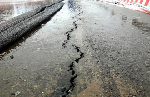 Các vết nứt chạy dài khoảng 15 m trên cầu vượt ngã ba Nguyễn Bỉnh Khiêm - Đình Vũ. Ảnh: TTO