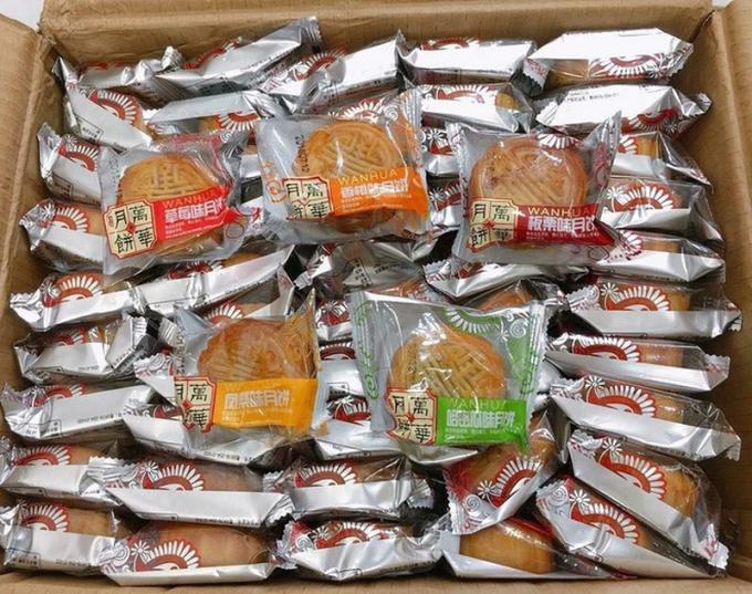 Các loại bánh trung thu giá 2.500-3.000 đồng/cái được với bao bì toàn tiếng Trung Quốc. Loại bánh này thường được bán theo thùng hoặc theo kg, mua càng nhiều thì giá càng rẻ