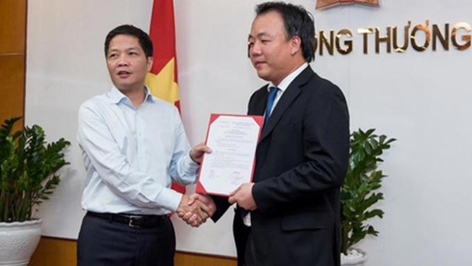 Ông Trần Hữu Linh nhận quyết định từ Bộ trưởng Trần Tuấn Anh. Ảnh Moit