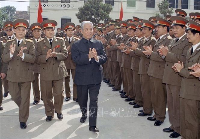 Tổng Bí thư Đỗ Mười thăm Học viện Quốc phòng, ngày 21/12/1997. Ảnh: Xuân Lâm/TTXVN