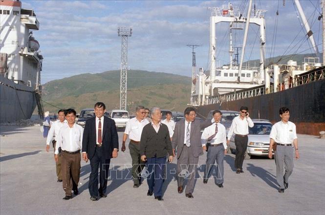 Tổng Bí thư Đỗ Mười thăm cảng Quy Nhơn (Bình Định) ngày 7/2/1996. Ảnh: Xuân Lâm/TTXVN