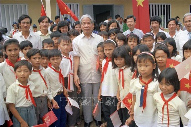 Tổng Bí thư Đỗ Mười với thiếu nhi trường PTTH An Thạch, huyện Bến Lức, tỉnh Long An (28/9/1996). Ảnh: Xuân Lâm/TTXVN