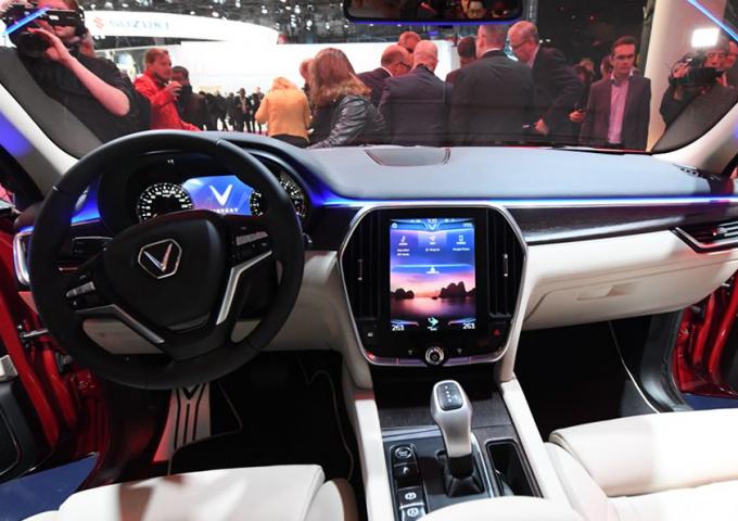 Trang chủ của màn hình điều khiển được tối ưu hóa với chỉ 3 biểu tượng truy cập chức năng chính và biểu tượng thể hiện tình trạng kiểm soát nhiệt độ trên xe.