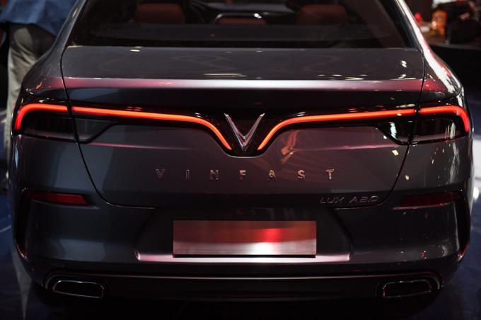 Ông David Lyon cho hay: Cả hai chiếc xe có kiểu dáng rất ấn tượng và tỷ lệ kích thước hoàn hảo. Chúng tôi cố ý đẩy các đèn trước và lưới tản nhiệt về phía trước để cung cấp một mẫu xe thanh lịch, kiểu dáng đẹp, tạo ra cảm giác về động lực phía trước.