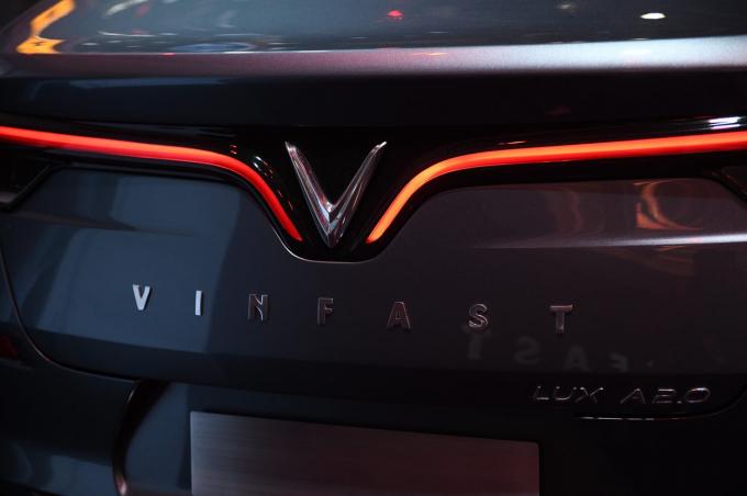 Và ở phía sau, một lần nữa, biểu tượng chữ V là một điểm nhấn quan trọng, với đèn hậu được tăng cường bởi dải đèn LED dài, mảnh, nhấn mạnh bản sắc thiết kế hiện đại của chúng tôi. Khoang xe đảm bảo độ cách âm rất tốt, mang lại cảm giác thư thái cho người ngồi trong xe. Các đường nét đơn giản và tinh tế trên mặt táp – lô mang tới cảm giác dễ chịu và sang trọng.