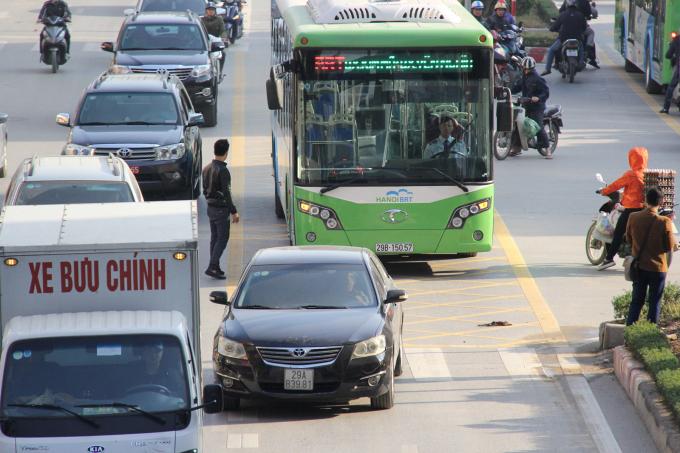 Dự án xe buýt nhanh BRT: Bóc đường nhựa, làm đường bê tông gây lãng phí