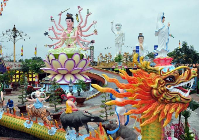Một góc cảnh quang quy mô với các công trình tâm linh đạt Kỷ Lục Việt Nam tại chùa Phước Quang - cô nhi viện PG Suối Nguồn Tình Thương, nơi đã mang nhiều tâm huyết của Đại đức Thích Phước Ngọc và bách tính thập phương.