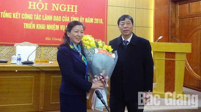 Bí thư Tỉnh ủy Bùi Văn Hải chúc mừng đồng chí Lê Thị Thu Hồng. Ảnh Thu Phong