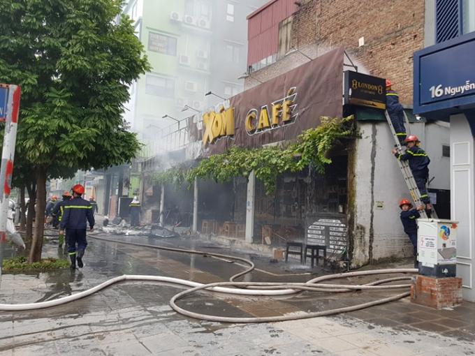 Cháy lớn, cột khói cao 30m bao phủ góc đường Nguyễn Văn Huyên