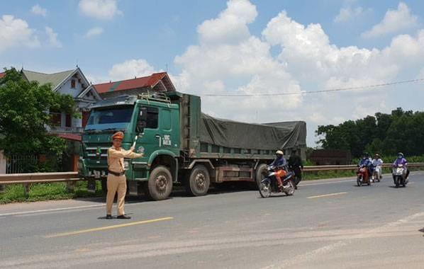 Cán bộ Phòng CSGT Công an tỉnh Giang ra quân xử lý xe quá khổ quá tải năm 2018.