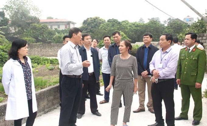 Bí thư Tỉnh ủy Bùi Văn Hải (thứ 2 từ trái sang) chỉ đạo công tác kiểm soát dịch bệnh tại xã Lương Phong. Ảnh: Phương Nhung