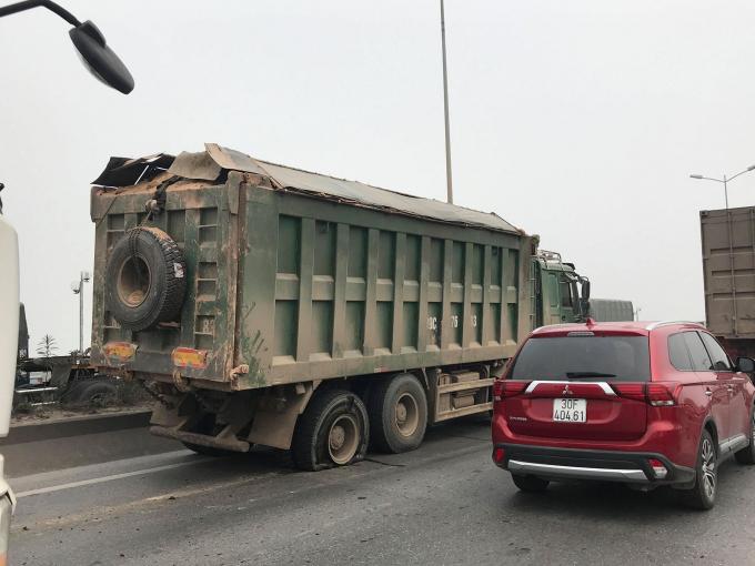 Xe tải gặp sự cố trên Cầu Thanh Trì.