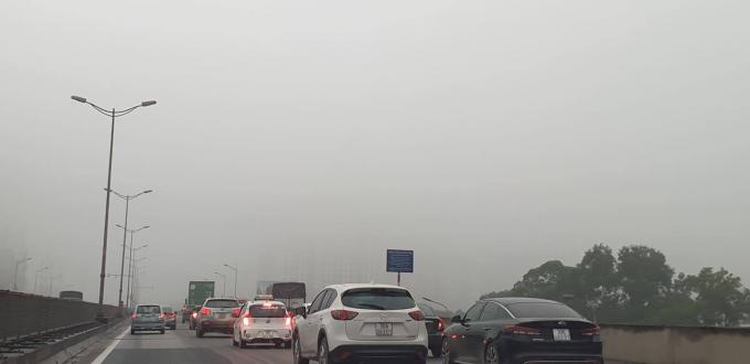 Từ vành đai 3 trên cao, nhiều toà nhà cao tầng đã bị che phủ bởi sương mù. Ảnh Chí Kiên