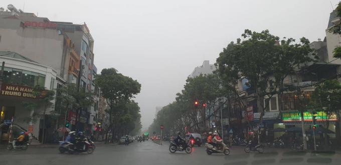 Đường Trần Quốc Hoàn (Cầu Giấy, Hà Nội) lúc 9h sáng nay vẫn mờ ảo trong sương. Ảnh Chí Kiên.