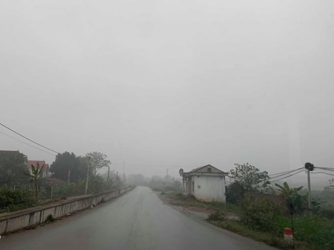 Không chỉ trong khu vực nội thành, thời tiết sương mù còn lan rộng ra nhiều khu vực huyện ngoại thành như Đan Phượng, Hoài Đức... Ảnh Hữu Phương.
