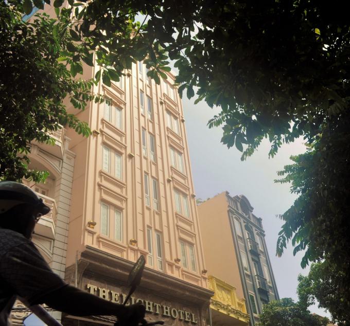Khách sạn The Light Hotel tại số 128 -130 Hàng Bông tuy đã được UBND quận Hoàn Kiếm cấp Giấy phép xây dựng số 38/GPXD ngày 31-3-2015, nhưng chủ đầu tư đã tự ý xây tăng chiều cao tầng 1, từ 4m thành 7,2m và xây thêm diện tích tầng lửng rộng 83,3m2, cao 3,4m so với sàn tầng 1. Ảnh Reatime