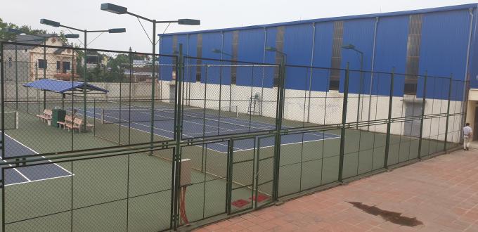 Trong khuôn viên mở rộng khu hành chính này có 3 sân Tennis và sân cầu lông. Ảnh Chí Kiên.