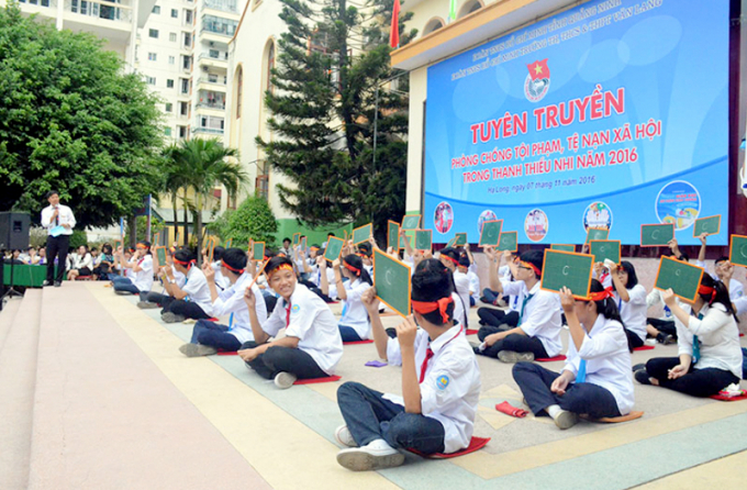 """Học sinh Trường TH,THCS&THPT Văn Lang (TP Hạ Long) tham gia cuộc thi """"Rung chuông vàng"""" nhân Ngày Pháp luật Việt Nam 7-11. Ảnh: Bá Trinh (Tỉnh Đoàn)"""